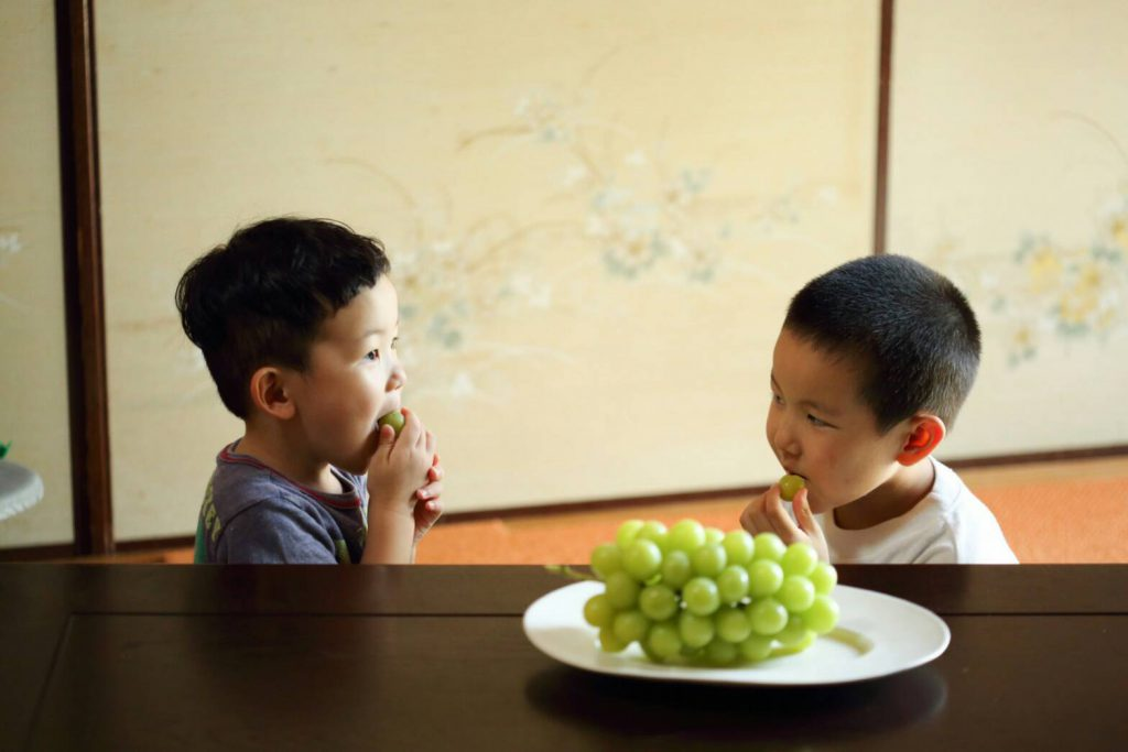 シャインマスカットを食べる子供たち